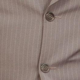 Längstreifen betonen die Körperformen von Nik - sonst bleibt nur das M&M